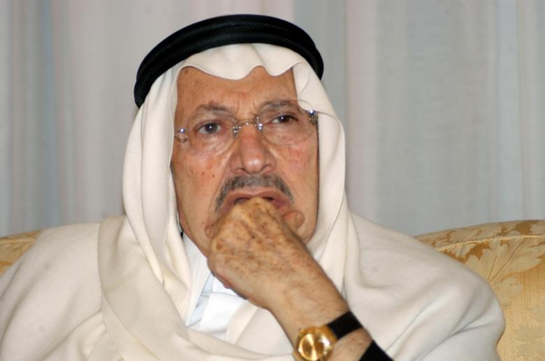 بالصور الملك سلمان يؤدي صلاة الميت على الأمير طلال