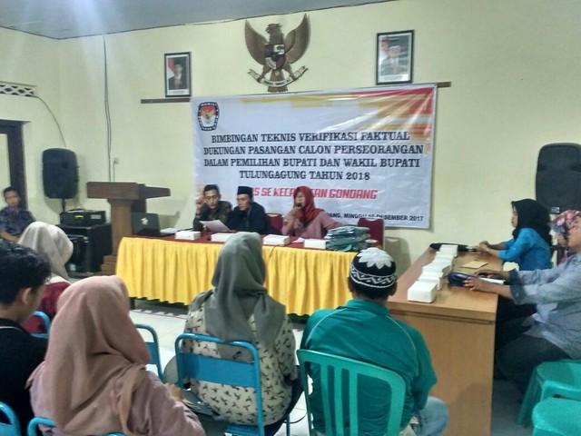 Ketua PPK Kecamatan Gondang Endah Kartikasari (pegang mik) saat memberikan Bimtek kepada PPS se-Kecamatan Gondang di aula Kecamatan Gondang (10/12)