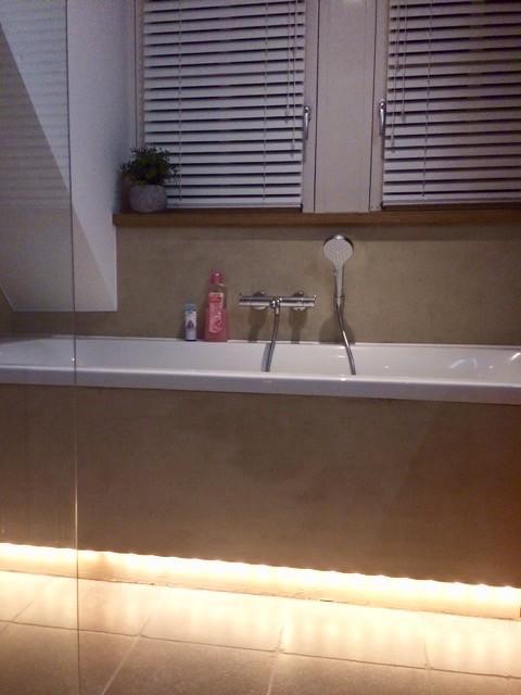 Licht onder het bad landelijke stijl