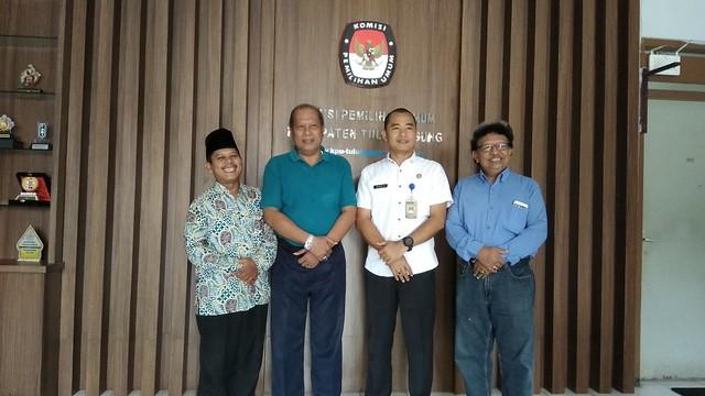 Pengurus FKUB bersama David Hartanto saat foto bersama seusai koordinasi di Kantor KPU Tulungagung (15/2)