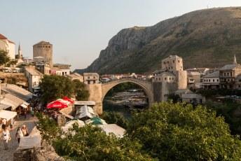 En als je dan een stukje verder loopt dan kom je bij de wereldberoemde brug van Mostar.