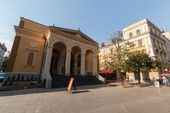 Deze Gradska tržnica lijkt wel een theater, in werkelijkheid is dit een markt voor groenten, fruit etc.