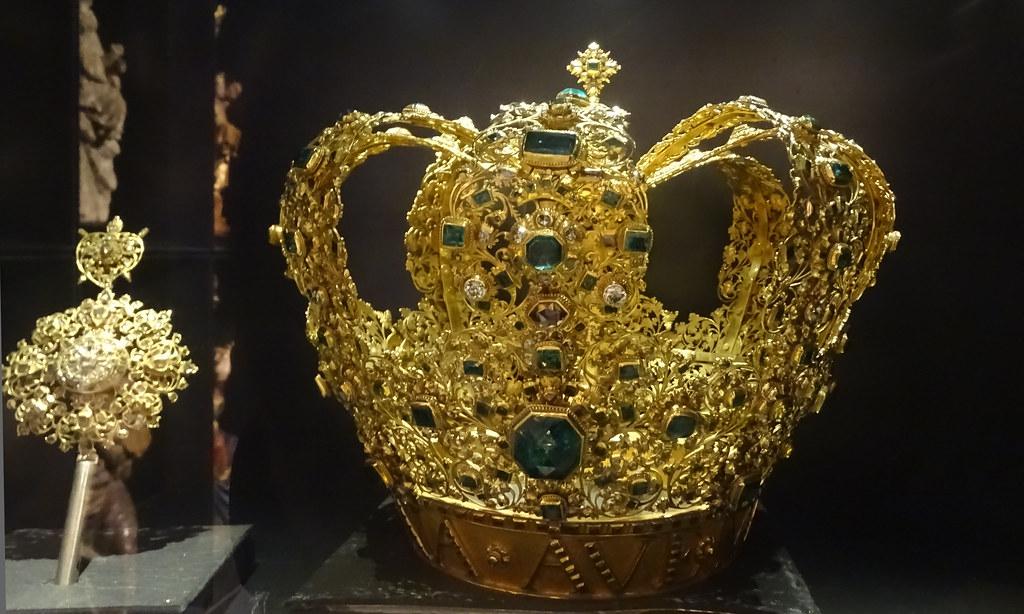Corona de Nuestra Señora del Sagrario de diamantes y esmeraldas joya obra de Juan Jose de la Cruz 1736 Exposicion Occidens Catedral de Santa Maria La Real Pamplona