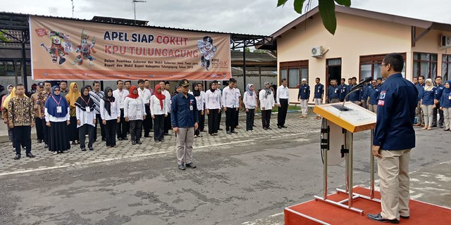 Suprihno saat memimpin apel siap coklit di halaman Kantor KPU Tulungagung, Sabtu (20/1)