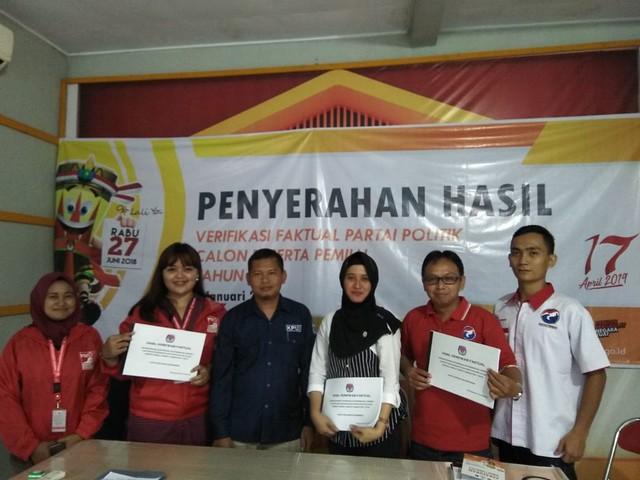 Ketua KPU Tulungagung menyerahkan hasil verifikasi faktual kepada Partai Solidaritas Indonesia (PSI) dan Partai Persatuan Indonesia (Perindo) kemarin (5/1)