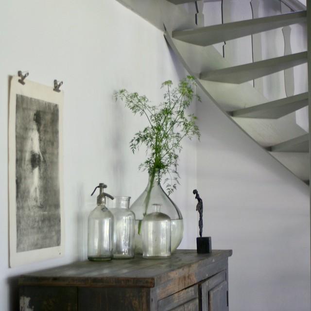 Kast onder de trap, glazen flessen