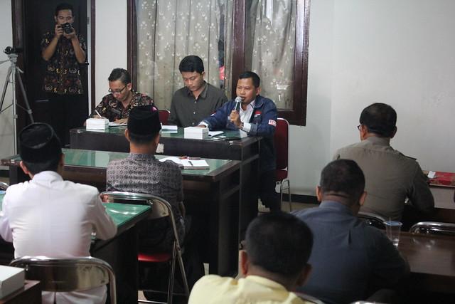 Ketua KPU Tulungagung Suprihno saat menyampaikan paparan nya dalam rapat koordinasi dengan panwaslu terkait APK di kantor panwaslu (6/3)
