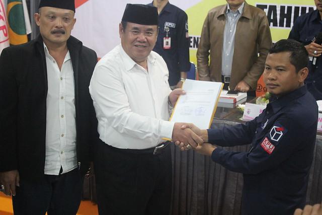 Ketua KPU Tulungagung Suprihno menerima berkas persyaratan calon dan persyaratan pencalonan dari bakal pasangan calon (paslon) bupati dan wakil bupati Suparlan-Suprayitno (10/1)