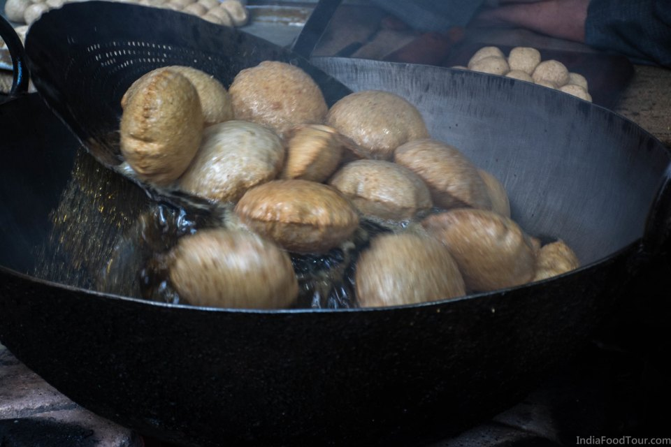 Fresh puris being cooked in Old Delhi