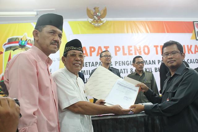 Suprihno menyerahkan SK penetapan paslon Syahri Mulyo-Maryoto Birowo yang diwakili oleh Ahmad Djadi didampingi Marsono di Media Center KPU Tulungagung (12/2)