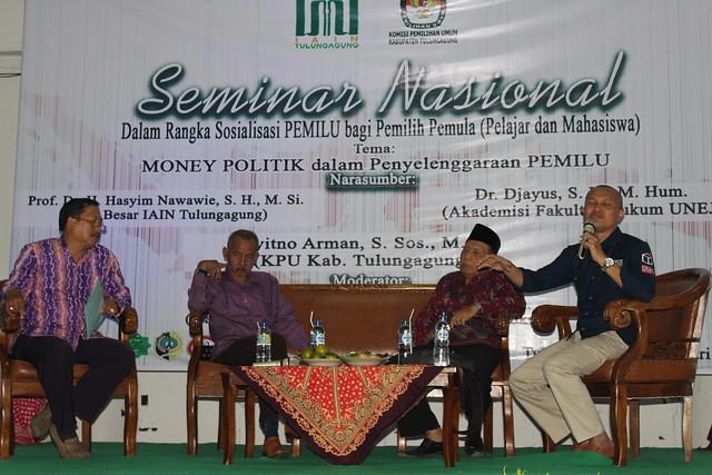 Anggota KPU Tulungagaung Suyitno Arman saat memaparkan Kampanye anti money politik dalam seminar yang di gelar oleh HMJ HKI di IAIN Tulungagung (23/2)