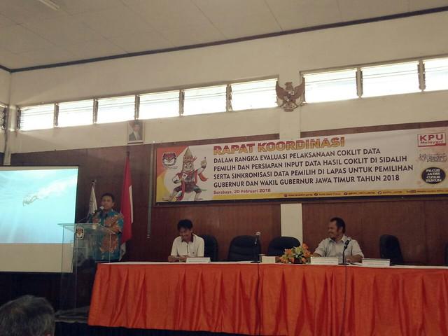 Suasana kegiatan rakor evaluasi coklit dan sinkronisasi dapil di lapas di ruang pertemuan kantor KPU Surabaya (20/2)