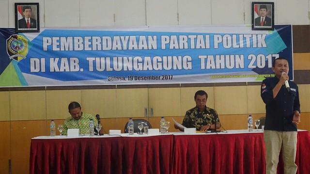 Anggota Komisioner KPU Tulungagng Suyitno Arman, saat memjadi narasumber dalam kegitan Pemberdayaan Parpol Tulungagung oleh Bakesbangpol di Gedung Graha Krida Wiyata Unita (19/12)