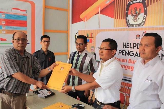 Agus Wibnyanyoro tim penghubung pasangan calon perseorangan H. Suparlan dan H. Suprayitno, saat mengambil formulir pendaftaran pasangan cabup dan cawabup pada Selasa (2/1)