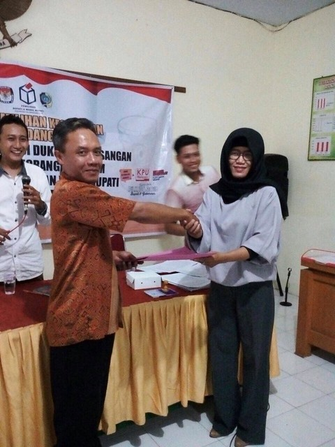 Ketua PPK Kecamatan Gondang Endah Kartikasari menyerahkan Berita Acara (BA) 6 KWK Perseorangan kepada Ketua Panwascam Darwanto di Kantor Kecamatan Gondang kemarin (27/12)