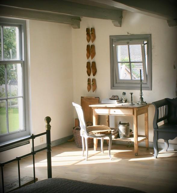 Schoenmallen aan de muur, tafel met stoelen