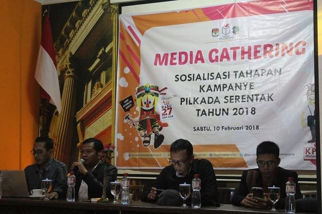 Ketua KPU Tulungagung Suprihno saat membuka acara Media gathering di hall liiur Caffe and Resto Tulungagung, pada Sabtu (10/2))
