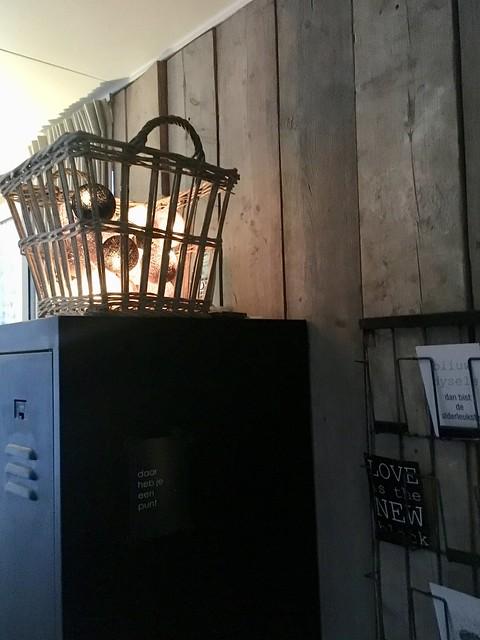 Draadmand met cotton ball lights op lockerkast