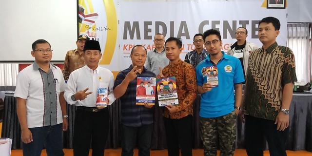 Perwakilan tim kampanye paslon berfoto bersama setelah menandatangani berita acara penyerahan APK secara simbolis yang diserahkan oleh Suprihno, Sabtu (3/3)