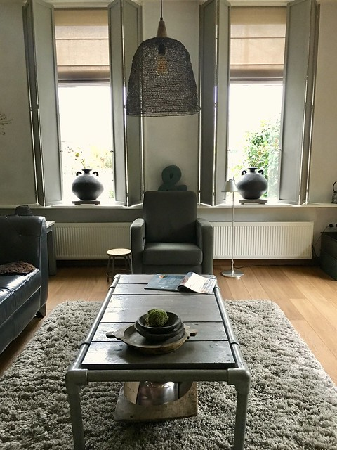 Woonkamer luiken ramen landelijke stijl