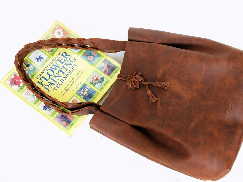 กระเป๋าถือหนังแท้ สไตล์ชิลๆ easy and minimalist โดย Vanchada Brand