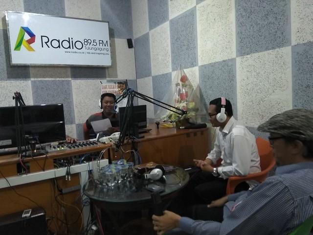 Anggota KPU Tulungagung Suyitno Arman dan Victor Febrihandoko saat mengisi Talk Show di Rajawali Radio (R Radio 89.5 FM) (11/1)