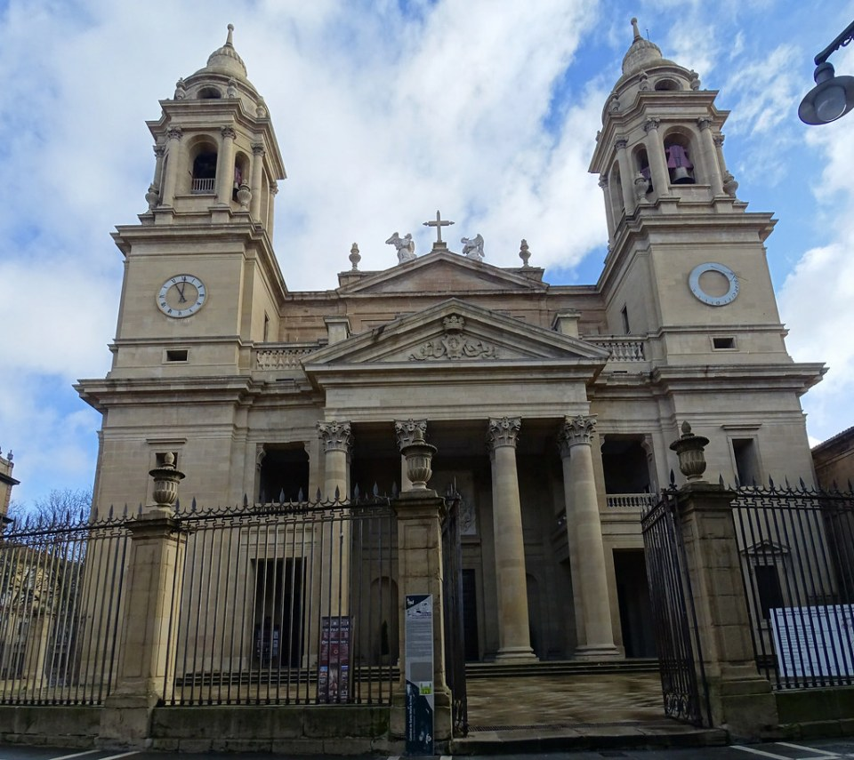 Fachada neoclasica de Ventura Rodriguez exterior Catedral de Santa Maria La Real Pamplona 01