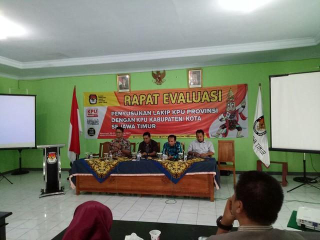 Dari kiri, Sekretaris KPU Jatim HM. Eberta Kawima, Kabag Program dan SDM KPU Jatim Suharto, anggota BPKP, dan Komisioner KPU Jatim Divisi Perencanaan dan Data KPU Jatim, Choirul Anam saat mengikuti rapat evaluasi (21/12)