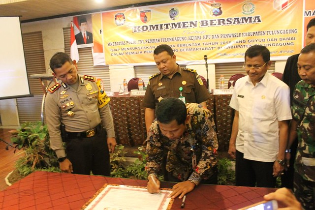 Ketua KPU Suprihno, M.Pd., saat menandatangani petisi menolak kampanye hitam dan politik uang di Hall Crown Victoria Hotel (7/2)
