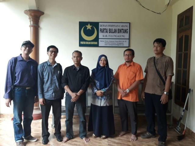 Tim Verfak parpol peserta pemilu 2019 KPU Tulungagung tengah foto bersama pengurus DPC PBB Tulungagung seusai Verifikasi Faktual DPC PBB (1/2)