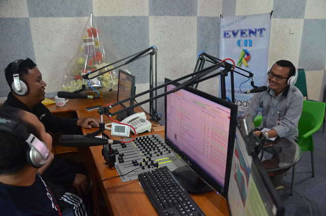 Anggota KPU Tulungagung Suyitno Arman saat mengisi on air terkait Coklit KPU Tulungagung di R-Radio (25/1)