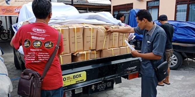 Petugas ekspedisi saat mengantar bahan kampanye ke Kantor KPU Tulungagung (27/2)