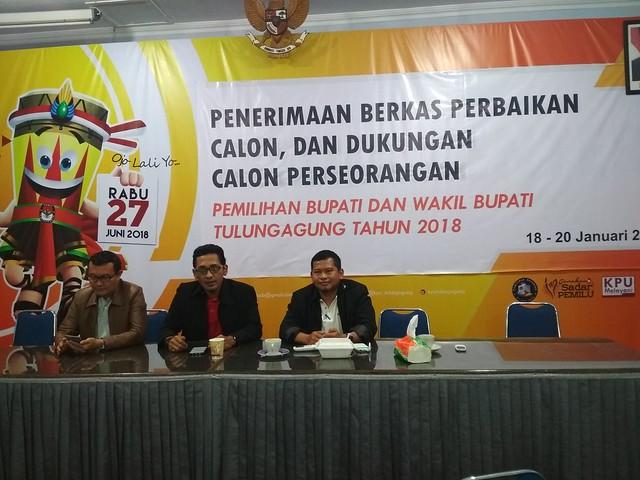 Ketua KPU Tulungagung bersama anggota komisioner Suyitno Arman dan M. Fatah Masrun saat menunggu perbaikan berkas dukungan calon perseorangan di Media Center KPU Tulungagung (20/1)