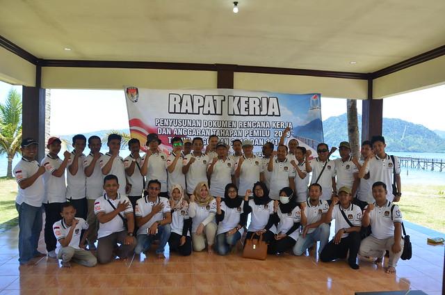 Anggota KPU Tulungagung dan Sekretriat KPU Tulungagung tengah berfoto bersama seusai Rapat Kerja di Pondok Prigi Trenggalek (10/3)