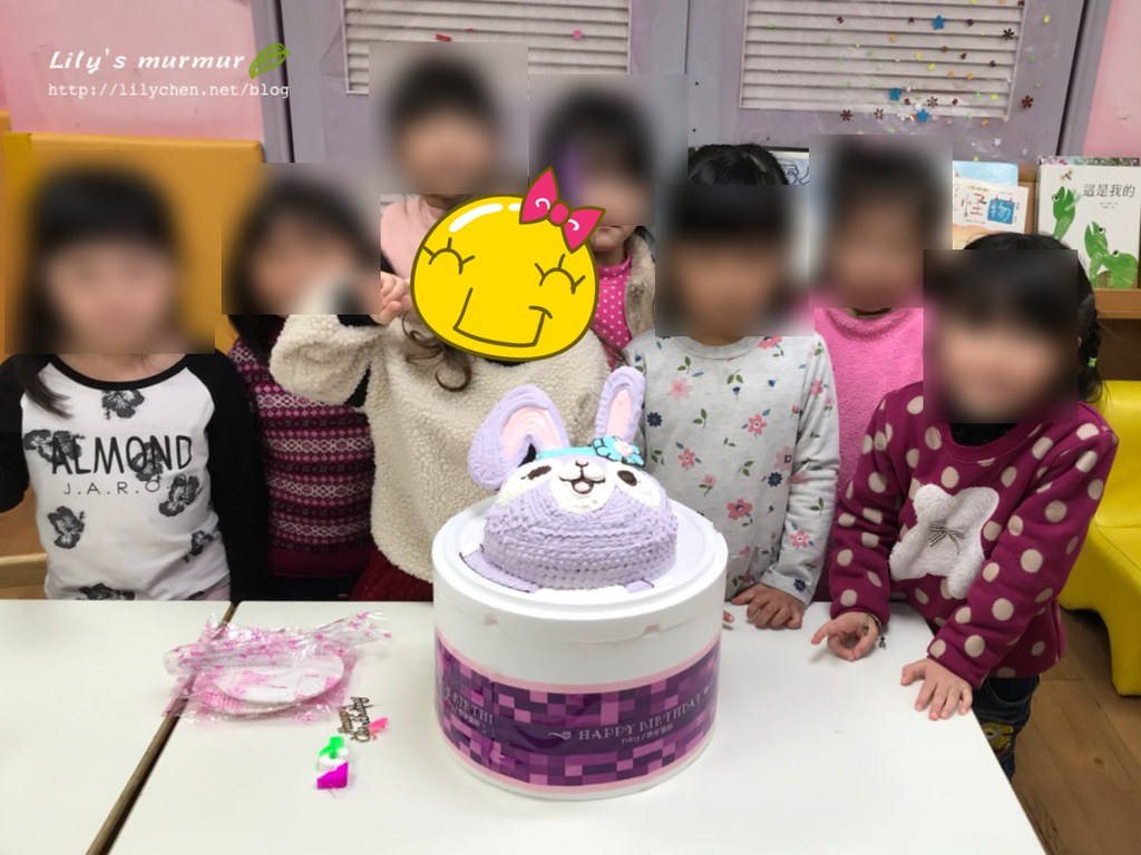 帶史黛拉蛋糕去學校,讓同學幫小妮慶生。