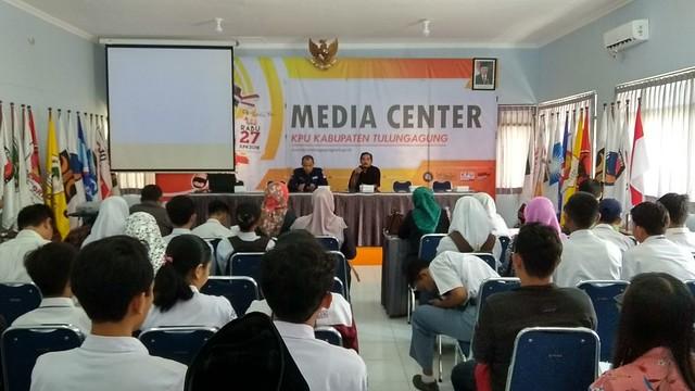 Suasana technical meeting pelajar dan guru pembina di Gedung Media Center KPU Tulungagung (12/3)
