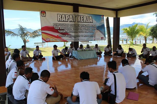 Suasana Rapat Kerja Penyususnan Anggaran Pemilu 2019 KPU Tulungagung di Pondok Prigi Watulimo Trenggalek (10/3)