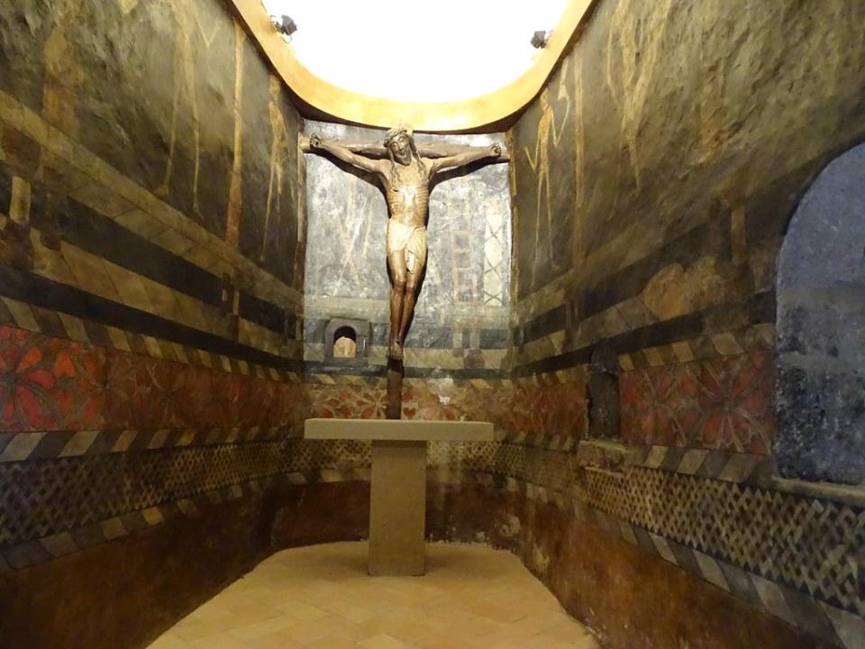 altar Capilla del Santo Cristo Crucifijo y pintural murales Castillo de Javier Navarra 01