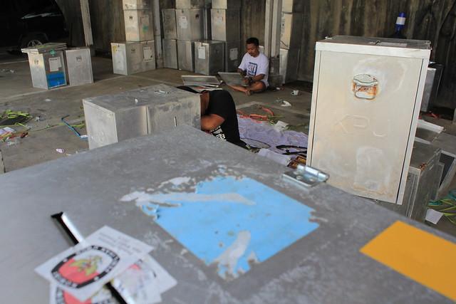 Terlihat karyawan KPU Tulungagung sedang mempersiapakan Kotak Suara yang akan digunakan dalam Pilkada 2018 yang berlangsung pada 27 Juni 2018 nanti (12/3)