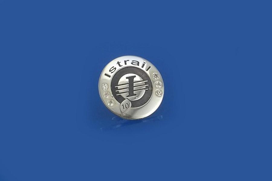 pins srebrny, grawerowany z cyrkoniami