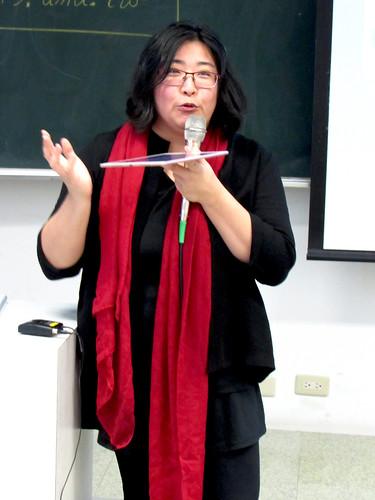 魏美棻用iPad示範筆記軟體的用法/照片由記者沈昀蒨拍攝