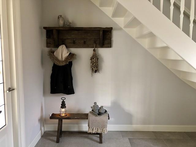 Kapstok onder de trap landelijk wonen