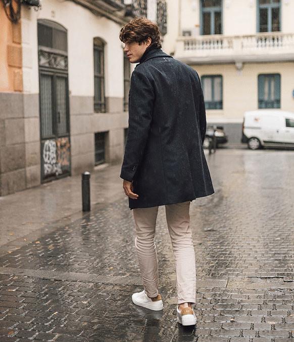 Las sneakers blancas de Sibari combinadas con unos chinos y un abrigo largo azul