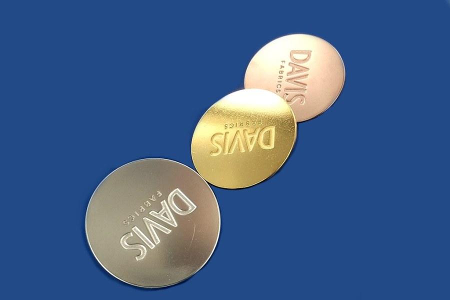 pinsy firmowe w 3 kolorach - srebrzone, złocone klasycznie i złocone czerwonym złotem