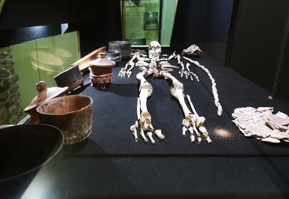enterramiento esqueleto y ceramicas necropolis Museo de Arqueologia Copan Maya Ruinas Honduras