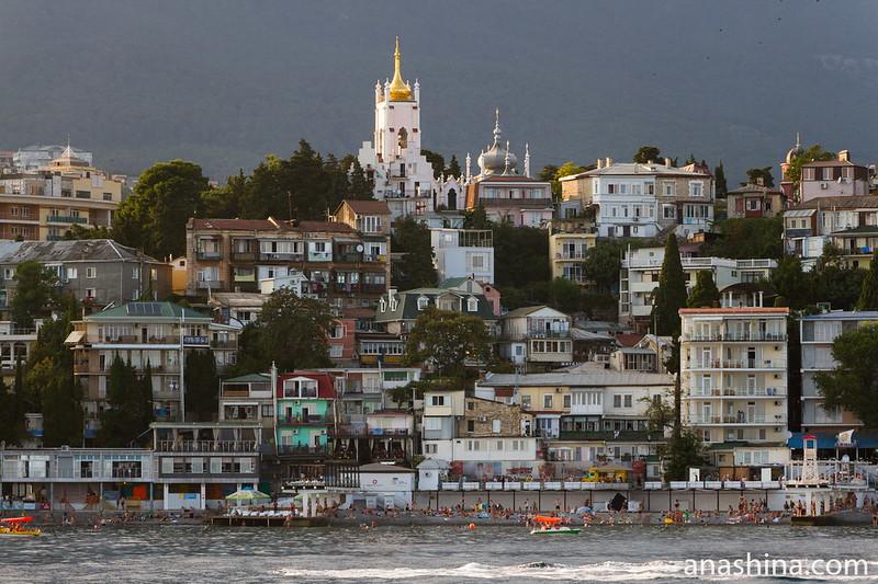 Панорама Ялты и церковь Иоанна Златоуста, Крым