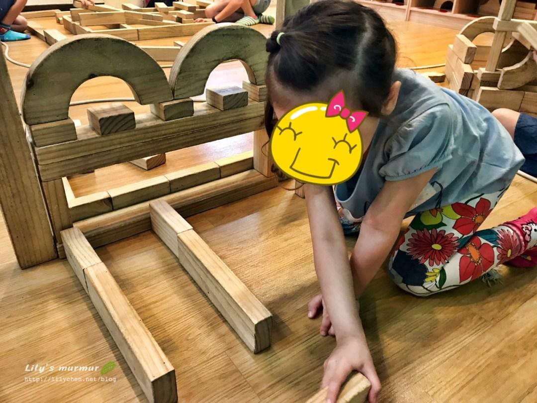 數量非常多的素色木製積木,能玩出好多花樣!