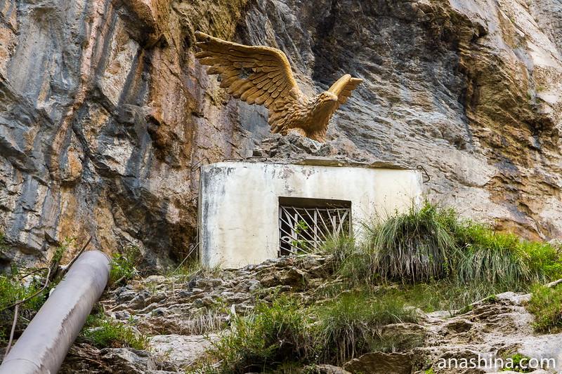 Статуя орла в водопаде Учан-Су, Ялта, Крым