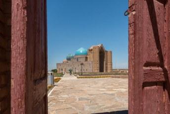 Rondom het mausoleum staan verschillende moskeeën, zoals de Hilvet Semi Moskee.