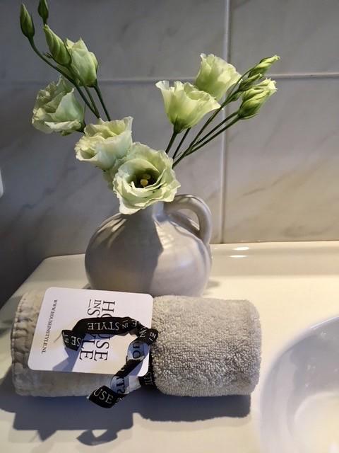 Kruikje met zijdebloemen badkamer handdoek